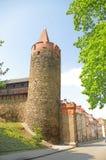 Tour penchée dans la ville silésienne de Paczkow des tours, Photographie stock libre de droits