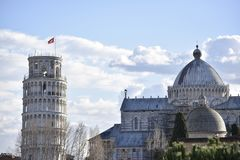 Tour penchée et cathédrale de Pise vues de loin photo libre de droits