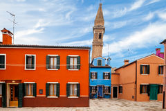 Tour penchée dans Burano Photo stock