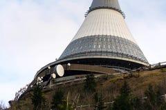Tour plaisantée, émetteur de télécommunication sur la montagne Jested, Liberec, République Tchèque Photographie stock
