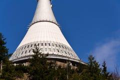 Tour plaisantée, émetteur de télécommunication sur la montagne Jested, Liberec, République Tchèque Photos libres de droits