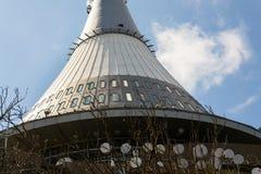 Tour plaisantée, émetteur de télécommunication sur la montagne Jested, Liberec, République Tchèque Photos stock