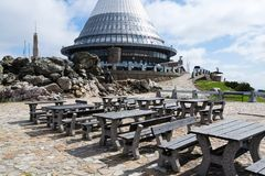 Tour plaisantée d'émetteur de télécommunication sur la montagne Jested, Liberec, République Tchèque Photos stock