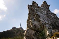 Tour plaisantée d'émetteur de télécommunication sur la montagne Jested, Liberec, République Tchèque Images libres de droits