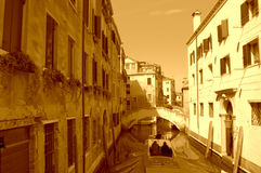 Tour romantique de bateau dans le canal d'étroit de Venise Image libre de droits