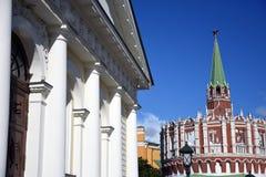 Tour ronde de Kutafya et tour de trinité de Moscou Kremlin Site de patrimoine mondial de l'UNESCO Photos libres de droits