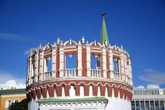Tour ronde de Kutafya et tour de trinité de Moscou Kremlin Site de patrimoine mondial de l'UNESCO Photographie stock libre de droits