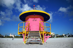 Tour rose de maître nageur en plage du sud Photographie stock libre de droits