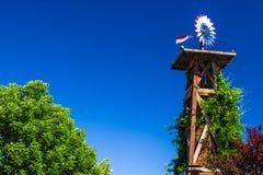 Tour rouge, blanche et bleue de Patritoc de temps de Vane On Top Of Wooden photo libre de droits