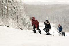 Tour sauvage d'hiver de glissière de neige d'adolescents russes en descendant Photo stock