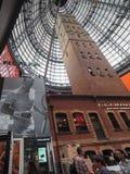 Tour tirée centrale de Melbourne avec la publicité énorme de Roger Federer photo libre de droits