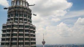 Tour une des Tours jumelles de Petronas en Kuala Lumpur Image libre de droits