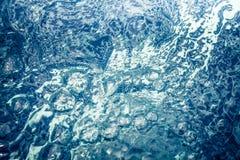 Tourbillon abstrait de l'eau avec des bulles et des ondulations Images stock