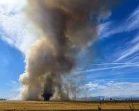 Tourbillon de cendre dans un ciel rempli par fumée Images libres de droits