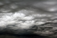 Tourbillonnement très fâché de nuages de tempête photo libre de droits