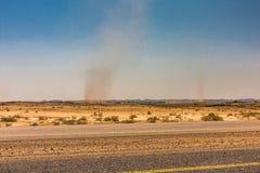 Tourbillons dans une vallée de désert photographie stock