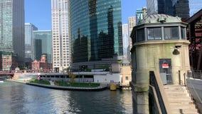 Tourboat在通勤者冲和el在轨道的火车奔跑的湖街道桥梁下横渡 股票录像