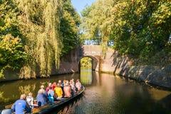 Tourboat en brug over kanaal in Naarden, Nederland Royalty-vrije Stock Afbeeldingen