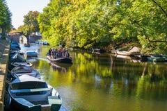 Tourboat op kanaal in Naarden, Nederland Stock Fotografie