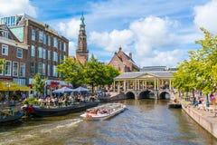 Tourboat på den nya Rhenkanalen, Leiden, Nederländerna Royaltyfri Bild