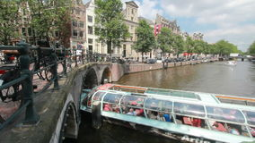Tourboat-Segel unter Brücke in Amsterdam stock video