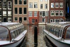 Tourboats en Amsterdam Imagen de archivo libre de regalías