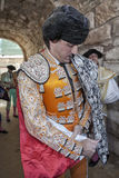 Toureiro espanhol Jose Manuel Montoliu com vestido alaranjado e a prata que põem-se o cabo da caminhada antes de iniciar o inaugur foto de stock royalty free