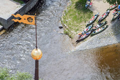Tourelle de château avec des canoës photos stock