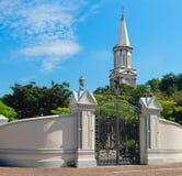 Tourelle de haute tour de l'église sous le ciel bleu Photographie stock
