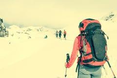 Tourer del esquí en los esquiadores de un grupo Imágenes de archivo libres de regalías