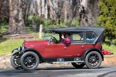 Tourer 1925 di Fiat 501 C che guida sulla strada campestre Immagini Stock Libere da Diritti