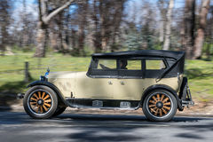 1924 Tourer Dodges 4, der auf Landstraße fährt Stockfotografie