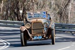 Tourer Dodges 4 der Weinlese-1924, der auf Landstraße fährt Stockbilder