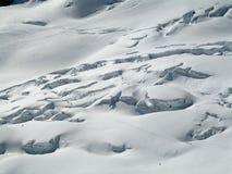Tourers de ski fonctionnant dans un domaine de crevasse Photographie stock libre de droits