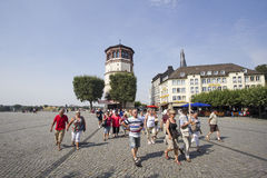 Tourgroup i Dusseldorf, Tyskland Arkivbild