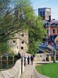 Touris die de muren van York lopen Stock Foto
