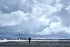 Touris som går till den is- lagun i Island Royaltyfria Bilder
