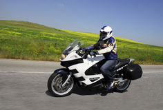 Tourisme avec le ciel bleu d'herbe de motorcyle Photos libres de droits