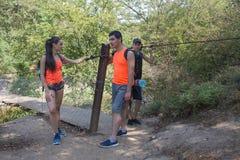 Tourisme d'Eco et concept sain de mode de vie Jeunes garçons d'extrémité de fille de randonneur avec le sac à dos Voyageurs, rand Photographie stock
