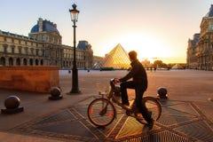 Tourisme de bicyclette de Louvre Image stock