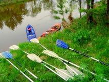 Tourisme de l'eau sur des kayaks Vacances d'été sur des bateaux à naviguer le long de la rivière Photographie stock libre de droits