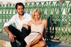 Tourisme de ville - couple en vacances sur la passerelle Image libre de droits