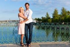 Tourisme de ville - couple en vacances sur la passerelle Images stock