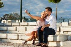 Tourisme de ville - couple en vacances sur un banc Images stock