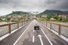 Tourisme du vélo sur un pont en Slovénie Image stock