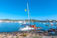 Tourisme en Espagne Soleil lumineux de matin sur le parc et la fontaine piétonniers de place Photo stock