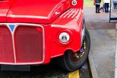 Tourisme et voyage touristique avec l'autobus à impériale légendaire Autobus rouges garés sur la rue Pair rouge de voiture de dou photos libres de droits