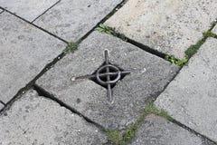 Tourismpaving-Steine mit einer Metallwanne Lizenzfreies Stockbild
