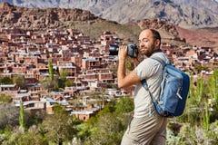 Tourismus im Iran, Solo- Reisender fotografiert das Dorf von Abyane Stockfotos