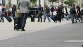 Tourismus, Leute, die Taschen halten und zur Bahnstation, reisend, Reise gehen stock footage